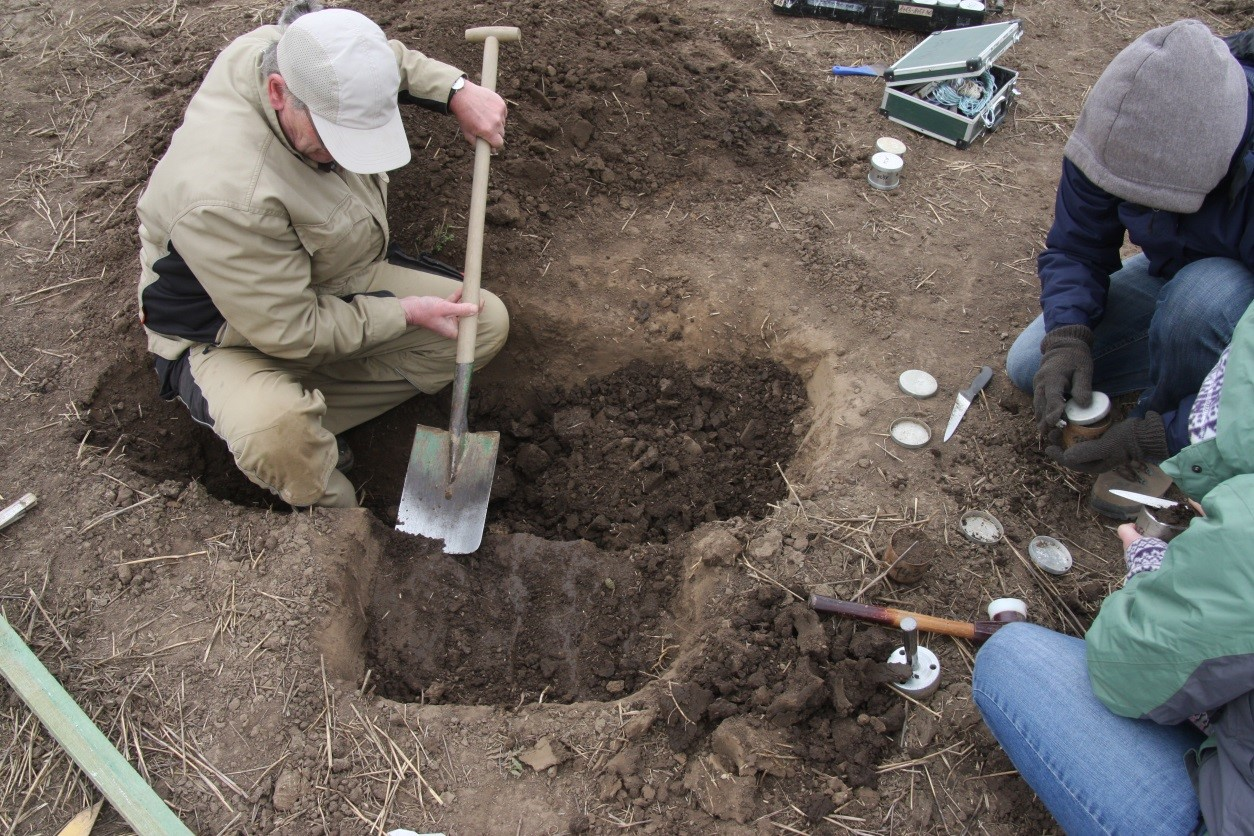 Abschneiden des überstehenden Bodens am Zylinder