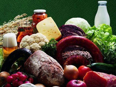 Verschiedene Lebensmittel wie Brot, Eier, Nudeln, Käse, Wurst oder Milch