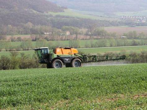 Pflanzenschutzspritze auf einem Getreidefeld