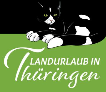 zu sehen ist eine schwarz-weiße Katze, die über dem Schriftzug Landrulaub in Thüringen sitzt. Der Schriftzug ist weiß auf hellgrünem Hintergrund