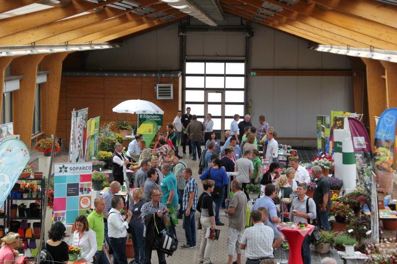 Firmenpräsentationen und Besucher in der Ausstellungshalle am Zierpflanzentag