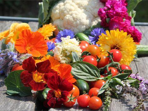 Blumen und Gemüse auf einem Tisch