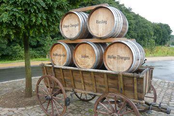 Weinfässer auf einem Wagen