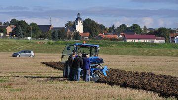 Traktor pflügt Feld