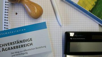 Schreibtisch mit Verzeichnis der Sachverständigen